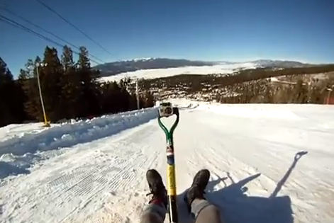 Descenso extremo sobre nieve con una pala como trineo