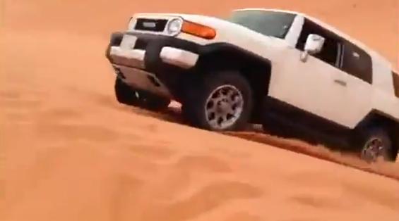 Intenta saltar una duna con un Toyota FJ Cruiser