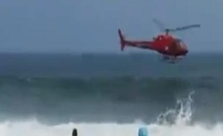 Un helicóptero de bomberos cae al mar en la playa de Copacabana