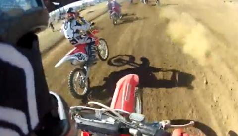 Un piloto de motocross cae encima de otro en uno de los saltos del circuito