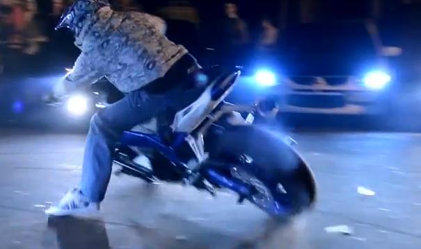 Trucos con una moto en la noche de Kiev, Ucrania