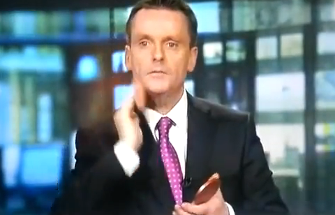 El presentador de las noticias Aengus Mac Ghrianna pillado maquillándose