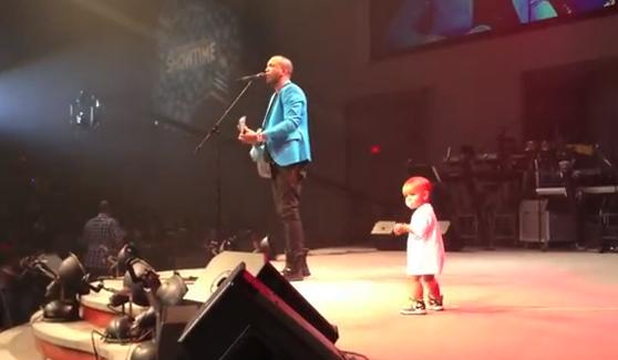 Un bebé se sube al escenario y le roba el protagonismo a su padre