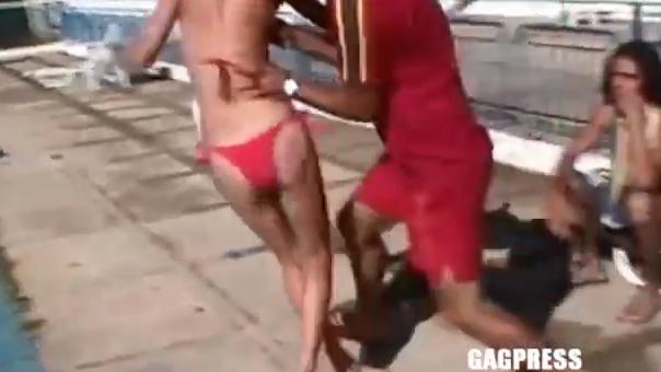 Cómo NO tirar a una chica a la piscina