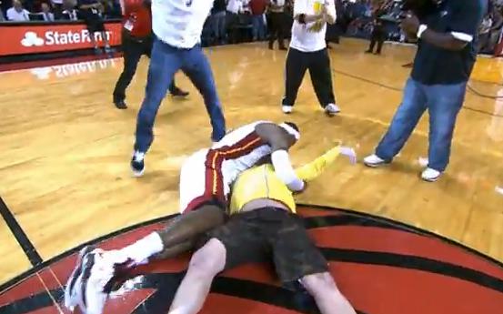 Así felicita LeBron James a alguien que acaba de ganar 75.000 dólares por meter una canasta