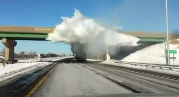 La nieve acumulada en el techo del camión ''explota'' cuando este pasa por debajo del puente
