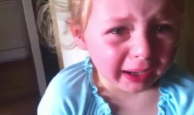 Una niña dice adiós a su chupete de la manera más melodramática