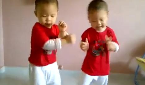Dos niños gemelos bailando el Gangnam Style mejor que muchos adultos