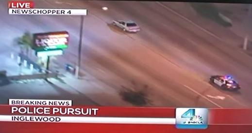 Está viendo una persecución policial por la televisión y de repente los coches pasan por delante de su casa