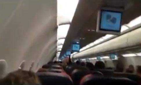 Un rayo incendia el motor de un avión de Turkish Airlines. Vídeo desde el interior y exterior
