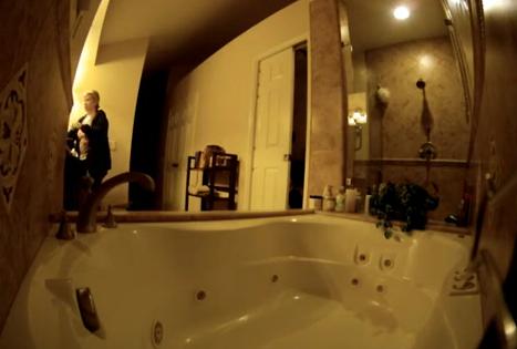 Le da un susto de infarto a su madre en el cuarto de baño