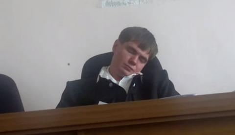 Un juez ruso se queda dormido durante una sesión y condena a cinco años de prisión al acusado