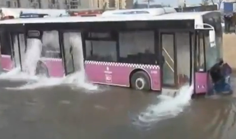 Los pasajeros rompen las ventanas de un autobús en Estambul para evitar ahogarse