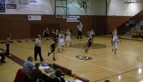 Anna Olson tira con una mano, el balón cruza toda la cancha y encesta