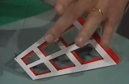 La ilusión óptica del bolígrafo que atraviesa el cartón