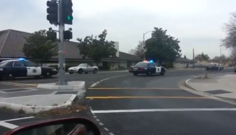 ¿Cuantos coches de policía se necesitan para perseguir a alguien?