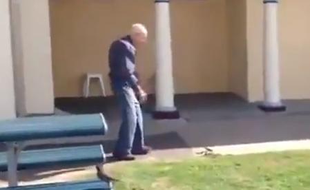 El abuelo que no le tiene miedo a las serpientes