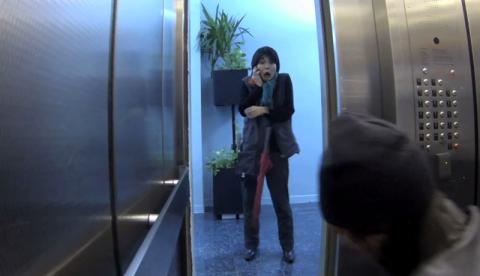 ¿Cómo reaccionarías si presenciases un asesinato en un ascensor?