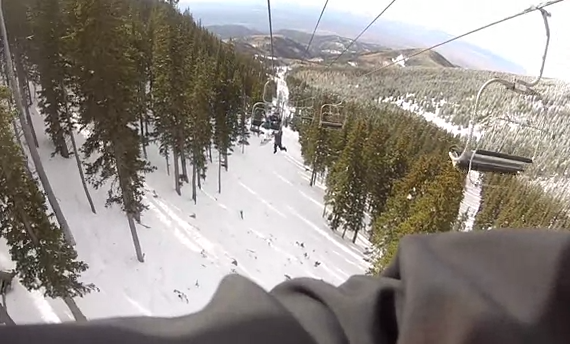 Un joven se cae del telesilla mientras lanzaba bolas de nieve y se rompe los brazos