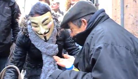En medio de una manifestación, los líderes de esta se paran para ayudar a un indigente