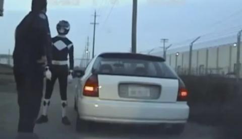 Un policía intenta detener al Power Ranger negro