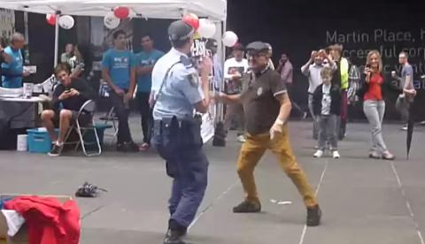 Un anciano seduce bailando a una mujer policía
