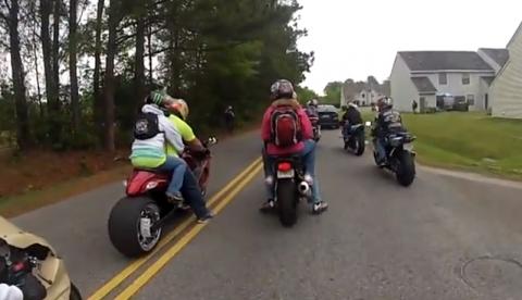 Su novia frena la moto con el culo