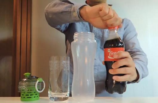 Un filtro que convierte la Coca-Cola en agua transparente