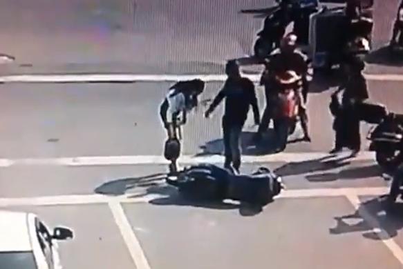 Un hombre pega a una mujer implicada en un accidente de moto, pero el hombre no se va de rositas...