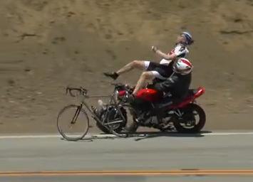Un motorista atropella a un ciclista por detrás