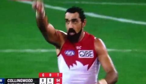 El jugador Adam Goodes señala a una espectadora racista y la echan del estadio