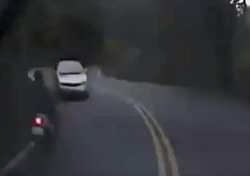 Brutal accidente de un motorista al adelantar con doble línea continua