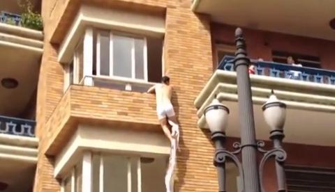 Un amante escapa por la ventana al ser pillado 'in fraganti' por el marido