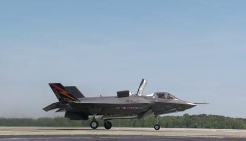 El espectacular despegue vertical del caza F-35B