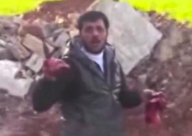 Un rebelde sirio arranca y come el corazón de un soldado muerto