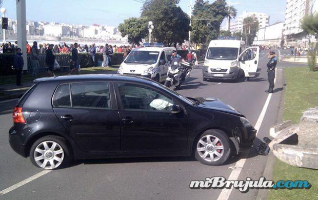 Empotra su coche enfrente al paseo marítimo de A Coruña horas antes de la noche de San Juan
