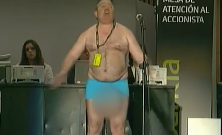 Un invidente se desnuda en la Junta de Accionistas de Bankia y grita: ''Así es como me ha dejado Bankia''