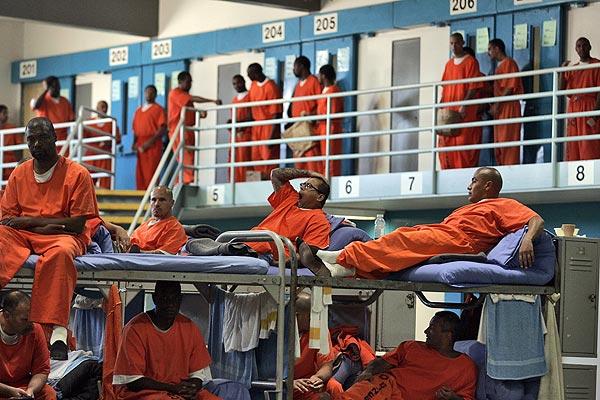 Fotografías de las superpobladas cárceles de California