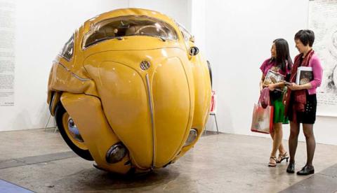 Impresionante escultura de un VW Beetle convertido en una pelota