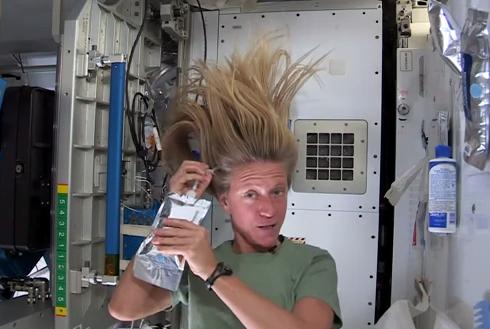 ¿Cómo se lavan el pelo en el espacio?