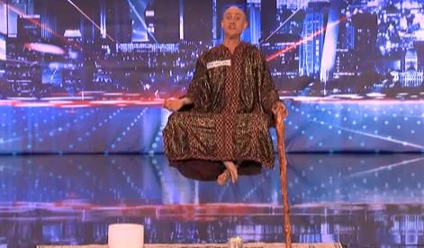 El jurado de America's Got Talent flipando con la mierda-truco de la estructura metálica camuflada