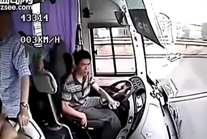 Brutal accidente grabado desde el interior de un autobús