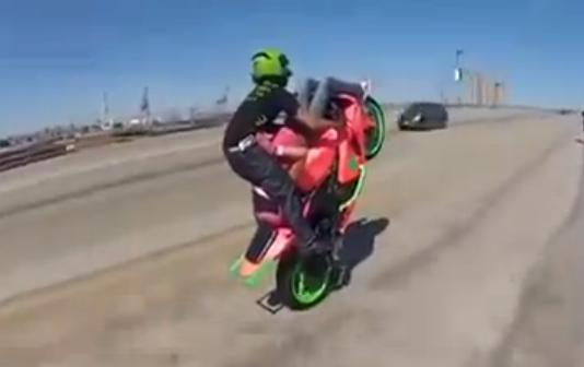 Cómo hacer un 69 en una moto