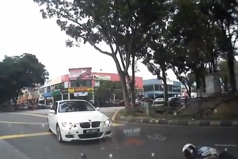 Atropella a un motorista con su BMW y se da a la fuga