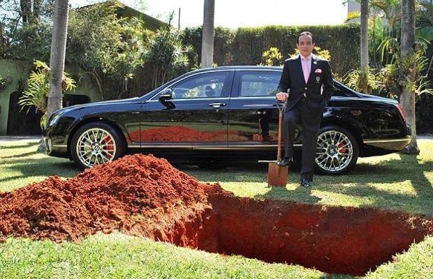 Un empresario entierra su Bentley de 370.000 euros para poder utilizarlo 'en otra vida'