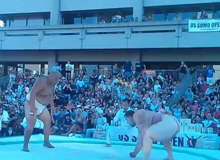 Luchador de sumo levanta a su adversario y lo lanza al suelo