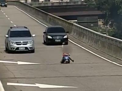 Un niño es sorprendido conduciendo un triciclo por una autopista de Brasil