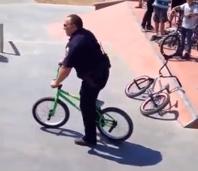 Agente de policía se gana el respeto de unos jóvenes con una BMX