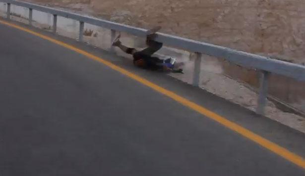 Longboarder choca contra un guardarraíl
