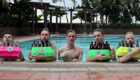 Bajo el mar, interpretada por los Bottle Boys. No tiene desperdicio